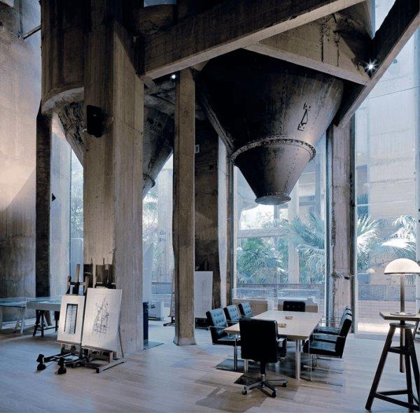 SF映画の世界っぽい! セメント工場をオシャレ事務所兼住居に改造 – Cement Factory