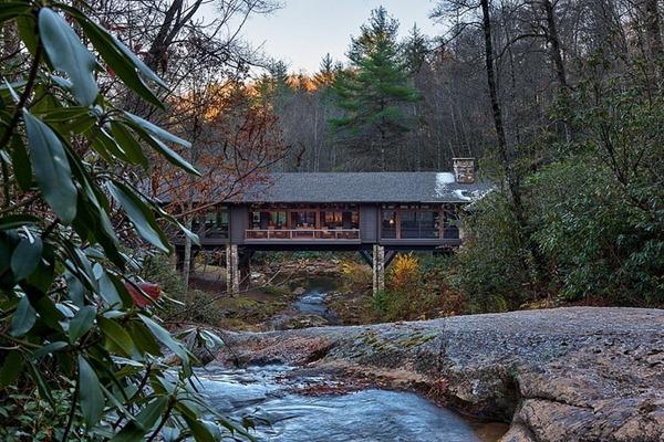 癒しの一等地!川にかけられた橋の家-Bridge House