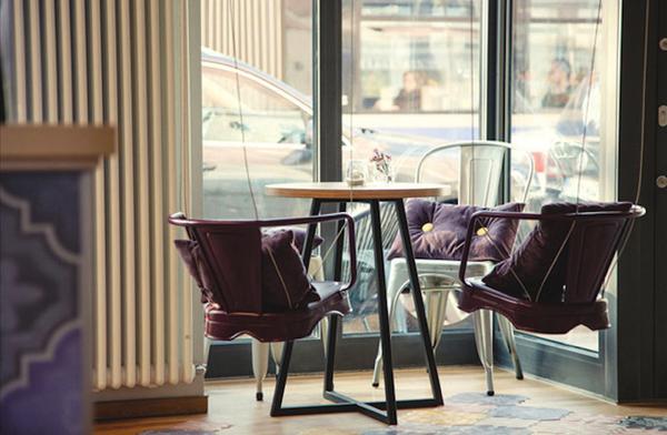 ブランコのような椅子がカワイイ! 心も体もリラックスできそうなアサイーカフェ – The Acai Café in Munich