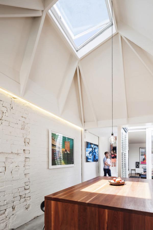 部屋が明るいと、気分も明るい!たっぷり採光できる天窓のある家−Skylights direct sunlight