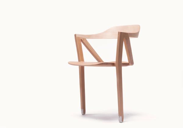 自立している!?どうやって座ればいいのかわからない二本足の椅子−Two Legged Balancing Chair