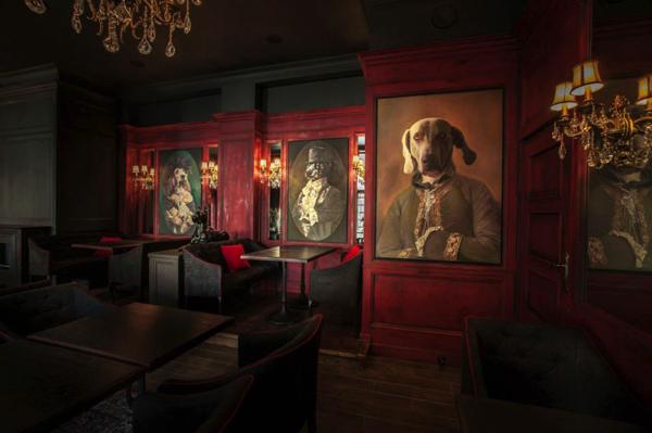犬の肖像画が目を引く!独特な世界観が魅惑的なパブ