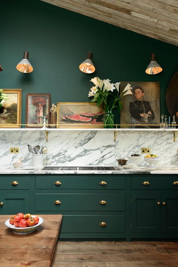 広ーいキッチンに憧れる!深緑色のトラディショナルなキッチンが可愛すぎる!