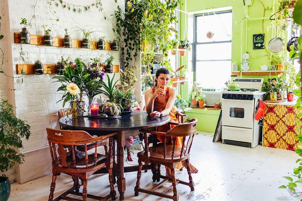 家の中がまるで植物園!ある女性の、グリーンに囲まれた生活