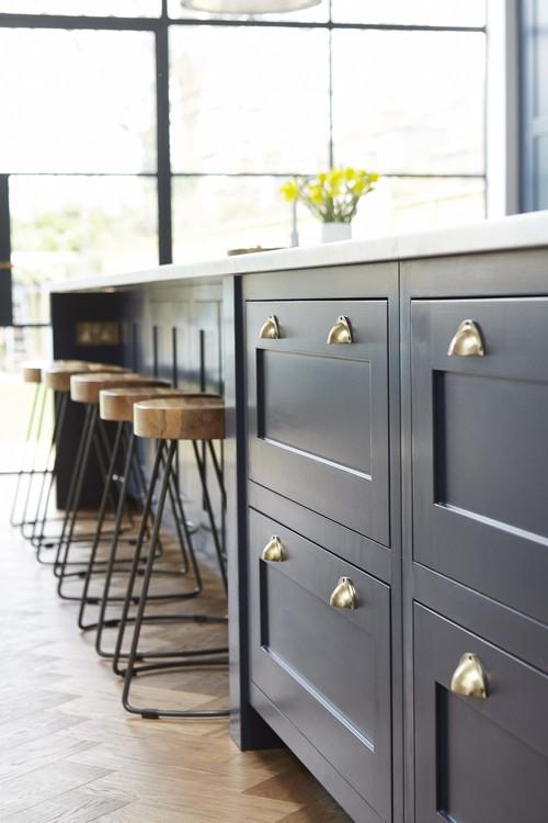 どんなキッチンに憧れる?白と紺のコントラストが素敵な英国キッチン